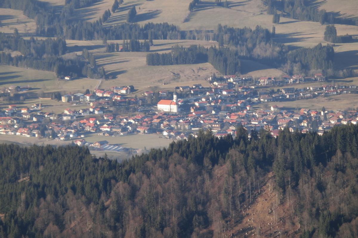 Ausblick vom Gipfel auf das Dorf
